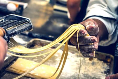 Atelier Pâtes fraîches & Repas pour mon EVG à Naples | Enterrement de vie de garçon | idée enterrement de vie de garçon | activité enterrement de vie de garçon | idée evg | activité evg