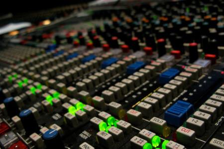 Enregistrement Studio pour mon EVJF à Toulouse   Enterrement de vie de jeune fille   idée evjf   idée enterrement de vie de jeune fille   activité evjf  activité enterrement de vie de jeune fille