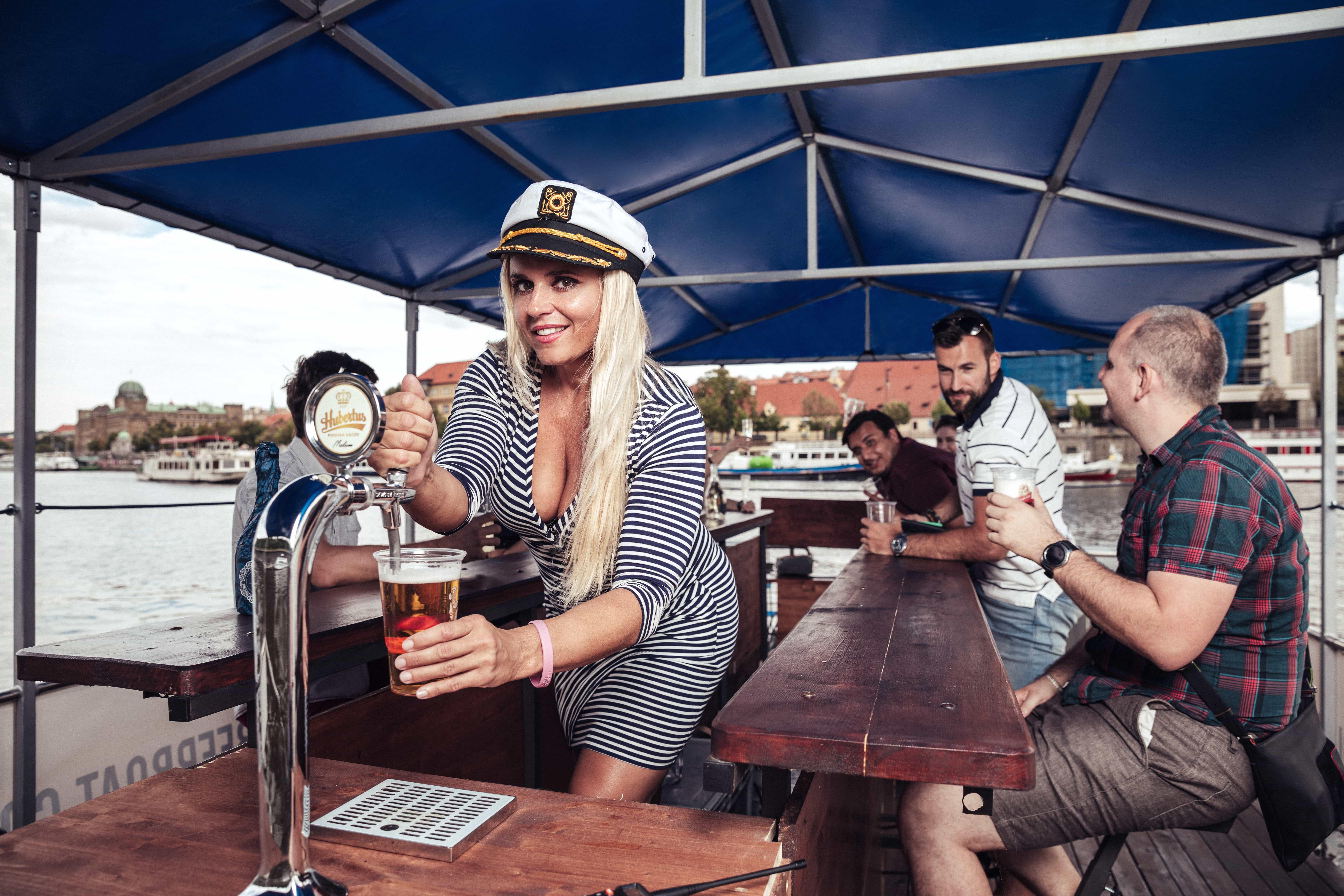 Beer Pedalo pour mon EVG à Prague   Enterrement de vie de garçon   idée enterrement de vie de garçon   activité enterrement de vie de garçon   idée evg   activité evg