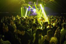 Club mit Tisch und Drinks für meinen JGA in Zagreb | Junggesellenabschied