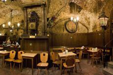 Restaurant Cave pour mon EVG à Vienne | Enterrement de vie de garçon | idée enterrement de vie de garçon | activité enterrement de vie de garçon | idée evg | activité evg